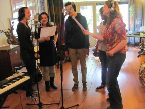 Deel van het koor zingt voor professionele microfoons.